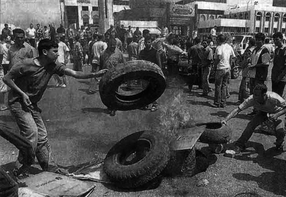 المسيرات عمّت بيروت والمناطق، والمطالب المعيشية تحوّلت قطع طرق